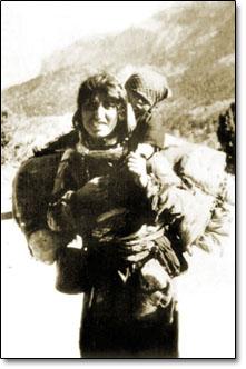 Tehcir sırasında bir Ermeni kadını ve çocuğu...