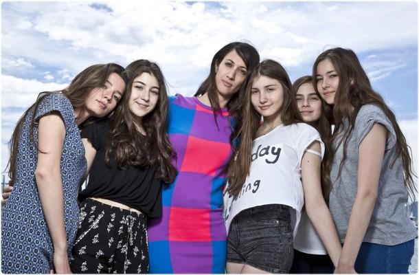 Deniz Gamze Ergüven, Mustang filminin genç oyuncularıyla birlikte...